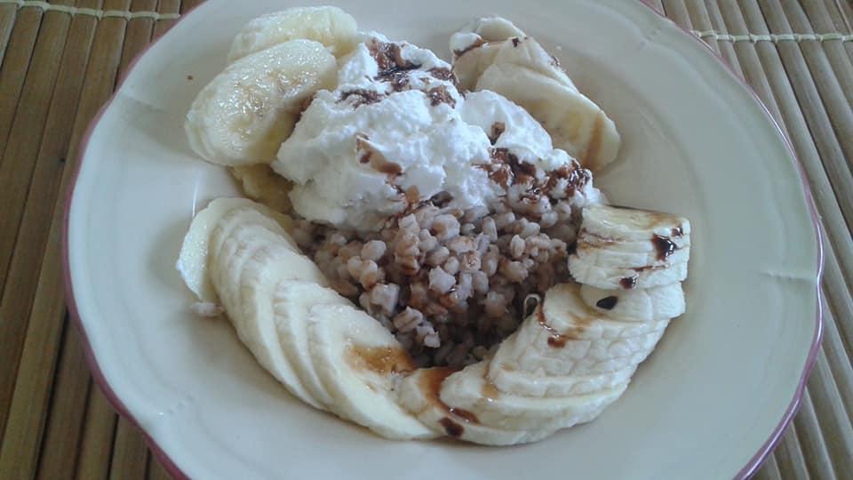 1/2 cup Greek yogurt, 1/2 cup hulled barley, 1 banana, balsamic reduction